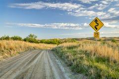 下降入忧郁河谷的含沙大农场路  免版税图库摄影