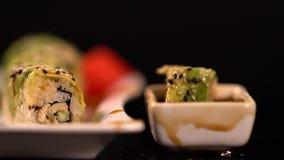下降入酱油的新寿司卷 股票录像
