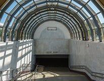 下降到地铁里 一个宽楼梯和玻璃屋顶以曲拱的形式 免版税图库摄影