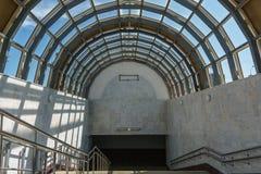 下降到地铁里 一个宽楼梯和玻璃屋顶以曲拱的形式 库存照片