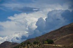 下降在地狱峡谷的不祥的暴风云 图库摄影