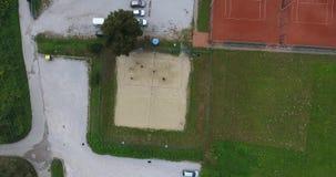 下降对沙滩排球法院的鸟瞰图 股票视频
