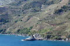 下降对海的山 免版税图库摄影