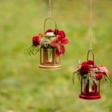下降时间 秋天栗子装饰葡萄10月石榴木头 以lanter的形式烛台 库存照片