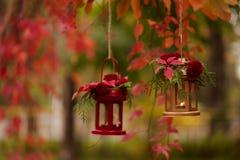 下降时间 秋天栗子装饰葡萄10月石榴木头 以lanter的形式烛台 免版税库存照片