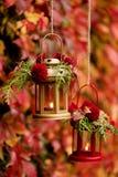 下降时间 秋天栗子装饰葡萄10月石榴木头 以lanter的形式烛台 免版税库存图片