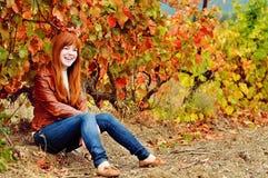 下降时间的红头发人青少年的女孩 免版税图库摄影