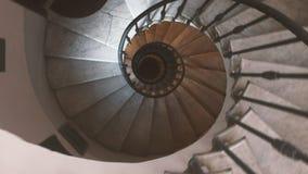 下降沿一部古老螺旋形楼梯 影视素材