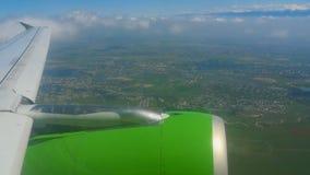 从下降的飞机的鸟瞰图 影视素材