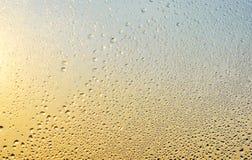 下雨下落和冻水在玻璃窗背景 免版税库存照片