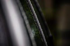 下雨下落,在汽车敞篷的水下落-汽车详述 免版税库存图片