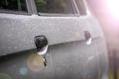 下雨下落,在汽车敞篷的水下落-汽车详述 图库摄影