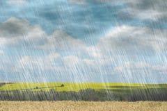 下雨在多云天气的风暴在风景自然背景 库存图片