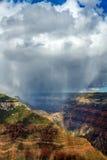 下雨在峡谷谷的云彩  免版税图库摄影