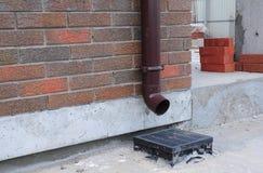 下雨在您的房子的天沟系统被设计从屋顶捉住和取消水 免版税图库摄影