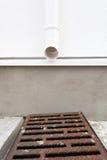下雨在房子的天沟系统被设计捉住,并且从屋顶和下来喷口取消水是指挥专栏 免版税图库摄影