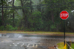 下雨在水、雨在沥青或创造波纹的柏油碎石地面路的下落, 库存图片