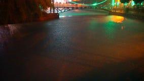 下雨在河反对一座五颜六色的桥梁 股票录像