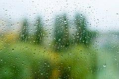 下雨在秋天窗口,都市背景的下落 库存照片