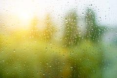 下雨在秋天窗口,都市背景的下落 库存图片