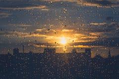 下雨在窗口-日落天空背景的下落 免版税图库摄影