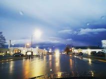 下雨在路面 免版税图库摄影