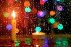 下雨在镜子的下落有蜡烛光的被弄脏的图象的 库存照片