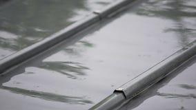 下雨在青灰色屋顶、寂寞和消沉,恶劣天气的水滴 股票视频
