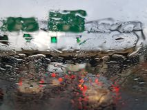 下雨在高速公路,在不良视界情况的交通 图库摄影
