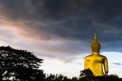 下雨在Wat muang的大菩萨雕象,泰国 库存图片