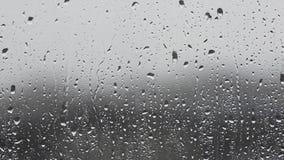 下雨天,滴下在玻璃窗的雨珠 影视素材