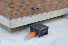 下雨有新的安装的地下排水系统的天沟 免版税库存图片