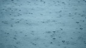 下雨起波纹的下落在与蓝天反射的一个水坑 股票录像