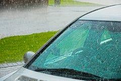 下雨s挡风玻璃的汽车 库存图片