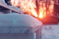 下雪在入口到房子台阶 库存照片