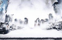 下雪在冰河时期和战争毁坏的城市的废墟 免版税库存照片