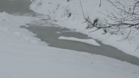 下雪在冷淡的小河 股票视频