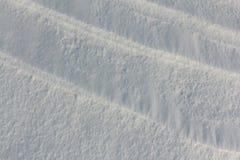 下雪在冻河在日落,自然本底 免版税图库摄影