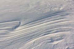 下雪在冻河在日落,自然本底 库存图片