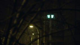 下雪在城市在晚上 股票录像