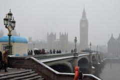 下雪在威斯敏斯特桥梁 免版税图库摄影