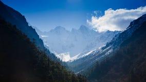 下雪在山峰顶与蓝天的在锡金 免版税库存照片