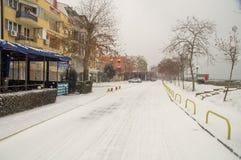 下雪在沿江边的街道上在波摩莱,保加利亚 库存图片