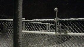 下雪在篱芭门在晚上 股票录像