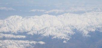下雪在从飞机窗口的喜马拉雅山山脉顶部 俯视图(水平) 免版税库存照片