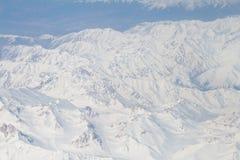 下雪在从飞机窗口的喜马拉雅山山脉顶部 俯视图 库存照片
