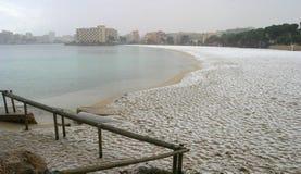 下雪在magaluf海滩在马略卡细节地中海海岛  图库摄影
