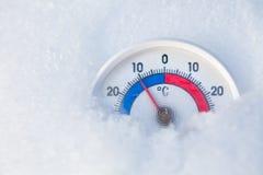 下雪的温度计显示减11摄氏程度冷的冬天wea 免版税库存照片
