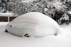 下雪的白色汽车 免版税库存照片