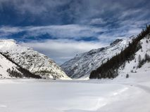 下雪的Livigno湖在冬天 免版税库存照片